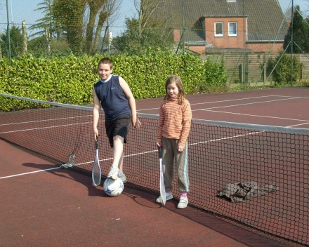 Tennissende kinderen